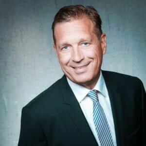 Siegfried A. Hesker lehrt an der FOM (!) Hochschule für Ökonomie und Management